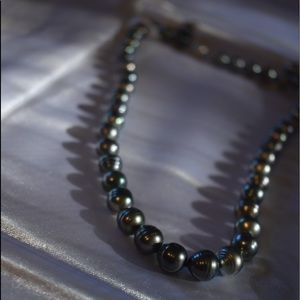 Tahitian black pearl necklace and earring set